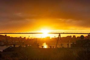 silhouetten van de skyline van een stad en de gouden brug in Vladivostok, Rusland foto