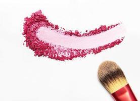 roze oogschaduw met penseel foto