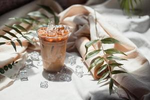 close-up glas ijskoffie met melk op tafel foto