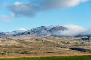 uitzicht op een schapenboerderij in de uitgestrektheid van ijsland foto