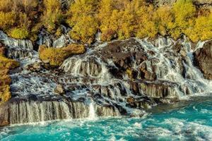hraunfossar waterval in de herfst foto