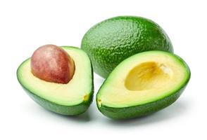 gehalveerde en hele avocado's geïsoleerd op een witte achtergrond foto