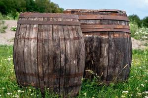 twee oude vaten gemaakt van hout foto
