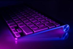 toetsenbord verlicht in blauwe en paarse lichten foto