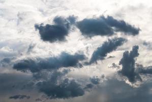 stormachtige wolken bij zonsondergang foto