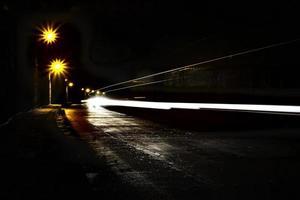 donkere tunnel met lichte sporen foto