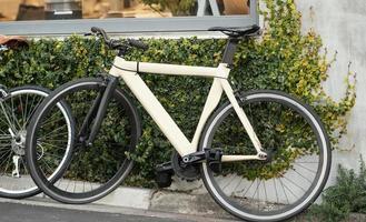 witte oude fiets met zwarte wielen foto