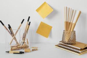 arrangement van natuurlijk materiaal briefpapier foto