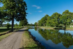 gota kanaal in zweden in de zomerzon foto