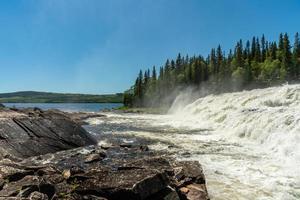 waterval bij een monding van het meer foto