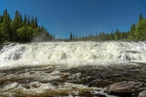 brede waterval in Noord-Zweden foto