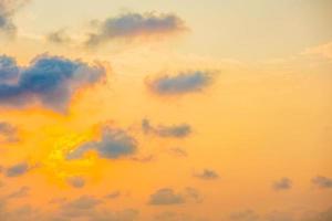 prachtige zonsondergang met wolk op sky foto