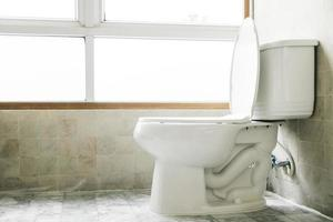 toilet in de badkamer foto
