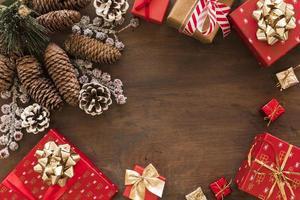 geschenkdozen met grote kegels op tafel foto