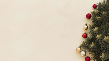 groene fir boomtakken met kerstballen achtergrond foto