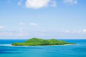 eiland op blauwe oceaan foto