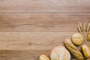 bakkerijstilleven met handgemaakt brood op houten achtergrond foto