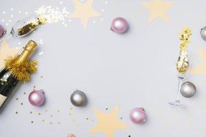 champagnefles met kerstballen tafel. mooi fotoconcept van hoge kwaliteit en resolutie foto