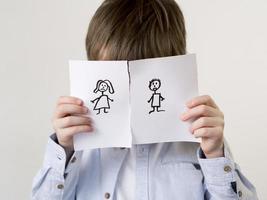 kind met gescheiden familietekening, verbergend gezicht foto