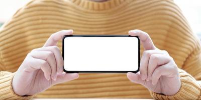 persoon die een telefoon horizontaal model houdt foto