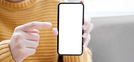 persoon in een gele trui met een telefoon foto