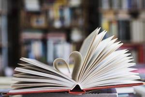 boek met pagina's die zich vormen als hart. mooi fotoconcept van hoge kwaliteit en resolutie foto