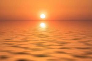 kleurrijke oranje zonsondergang over een watermassa foto