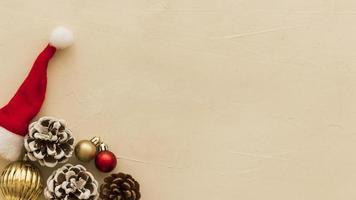 bruine kegels met kleine kerstmuts achtergrond foto