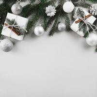 Kerstmissamenstelling van sparrentakken met zilveren snuisterijen foto