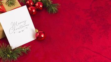 kerst wenskaart met rode kerstballen foto