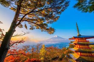 prachtig landschap van mt. fuji rond in de herfst met chureito-pagode foto