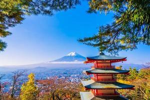 prachtig landschap van mt. fuji met chureito-pagode foto