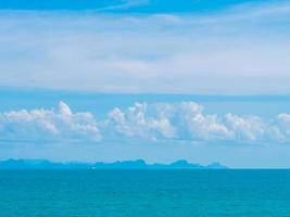 prachtige zee en witte wolken foto