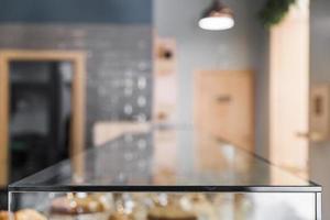 onscherpe achtergrond van coffeeshop met glazen toonbank foto