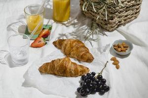 arrangement van picknicklekkernijen op een deken foto