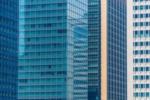 kantoorgebouwen met raampatroon foto