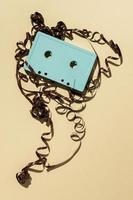 cassettebandje op gele achtergrond foto