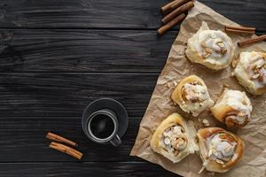 kaneelbroodjes en koffie bovenaanzicht foto