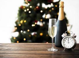 champagne glas met fles op een tafel foto