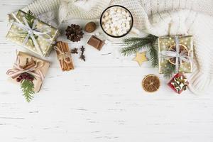 Kerstmissamenstelling van verpakte cadeautjes foto