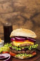 close-up hamburger op houten dienblad foto