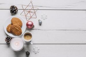 koekjes met glanzende kerstballen op tafel foto