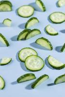 komkommers op lichtblauwe achtergrond foto