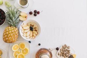 verhoogde weergave van vers gezond ontbijt op witte achtergrond foto