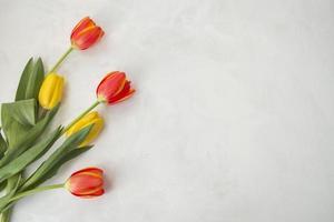 bloemen geplaatst op grijs bureau foto
