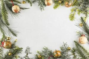 Kerstmissamenstelling van takken met kerstballen foto