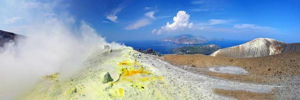 de fumarolen in de krater van de vulkaan op de Eolische eilanden foto