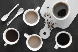 kopjes koffie op tafel foto