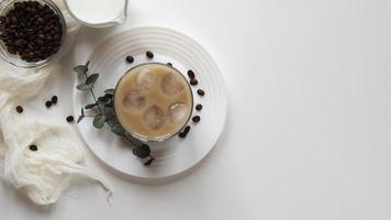 kopjes koffie op tafel met kopie ruimte foto