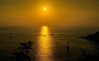 zonsondergang bij promthep-kaap, phuket, thailand foto